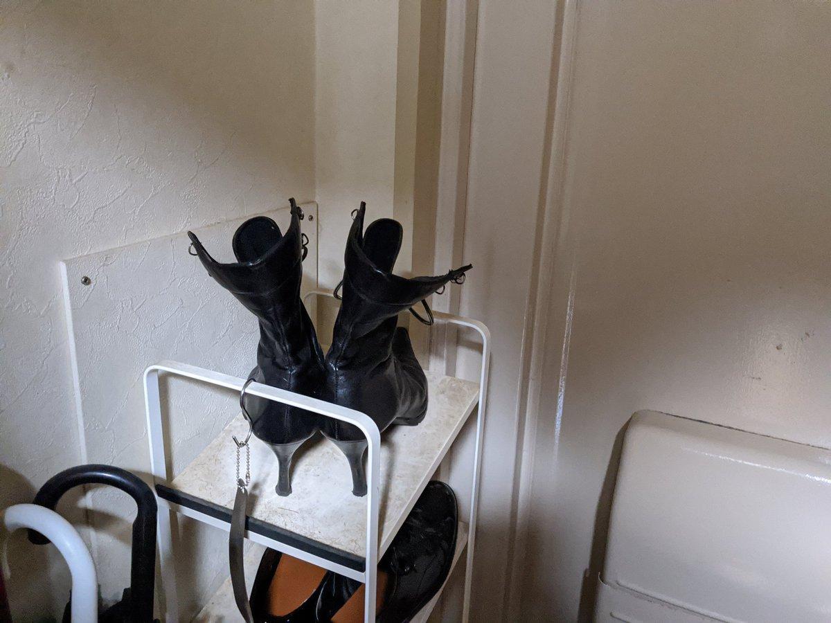 玄関で黒い人が踊ってるなぁと思ったら妻のブーツだった。