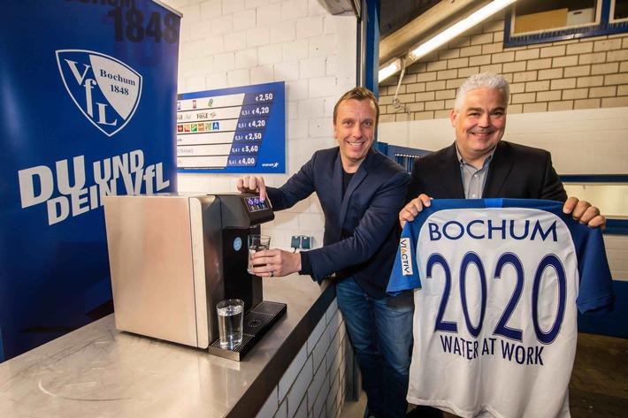 """1:0 für die Umwelt – neues Trinkwassersystem im Vonovia-Ruhrstadion! VfL Bochum und water at work vereinbaren nachhaltige Partnerschaft unter dem Motto \""""Hier, wo das Wasser\"""" (FOTO) http://dlvr.it/RQG4Qgpic.twitter.com/x7tUsJ3zZh"""