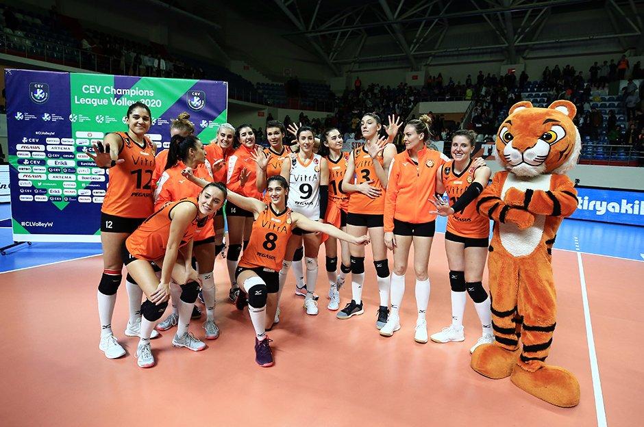 Kadınlar CEV Şampiyonlar Ligi A Grubu 6. ve son hafta maçında Eczacıbaşı VitrA, Polonya ekibi Budowlani'yi 3-2 yendi. Gruptaki tüm maçlarını kazanan Eczacıbaşı, lider olarak çeyrek finale yükseldi.   https://www.ntvspor.net/voleybol/eczacibasi-vitra-galibiyetle-bitirdi-5e4c288e07f1969e78c7a3e0…pic.twitter.com/T3pWW8gXZt