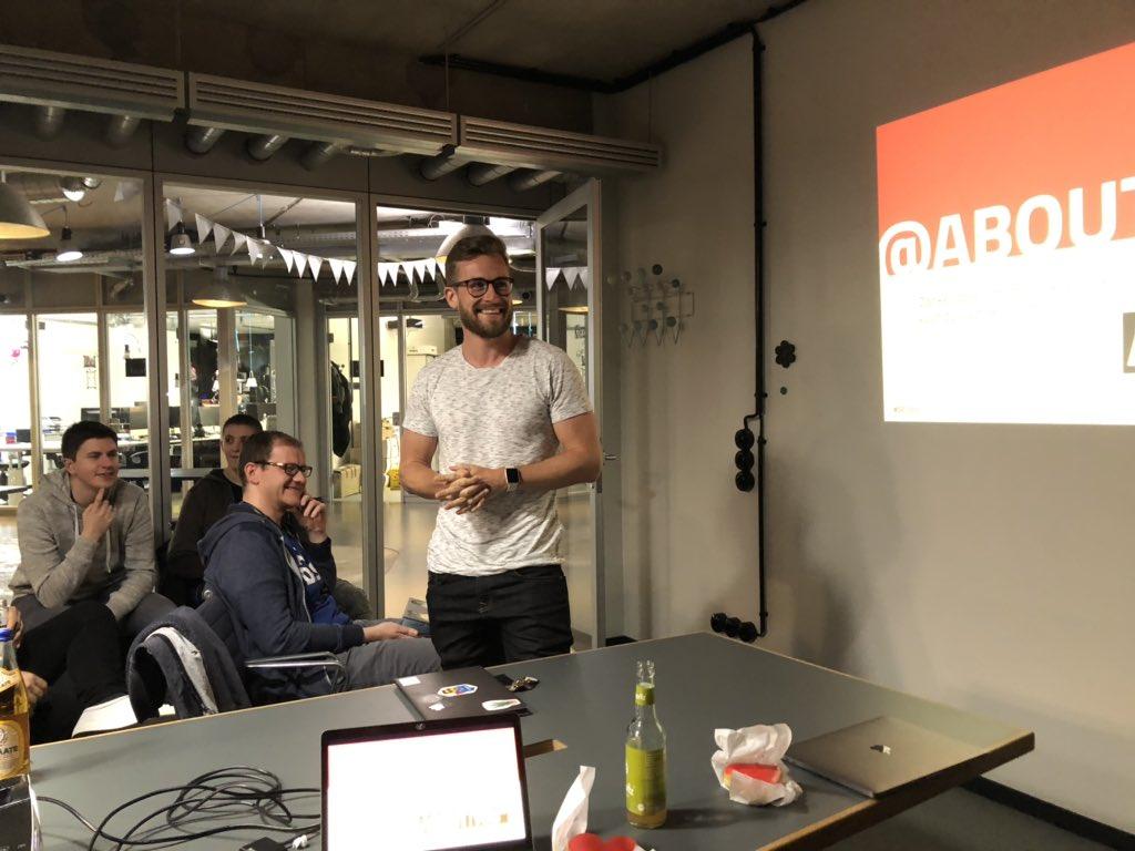 Erstmal ein kleines Intro von @ManuGerlach von @aboutyou_tech - unseren Gastgeber*innen heute 😊  Schön, dass wir bei euch sein dürfen heute! https://t.co/9hMVTXroWf