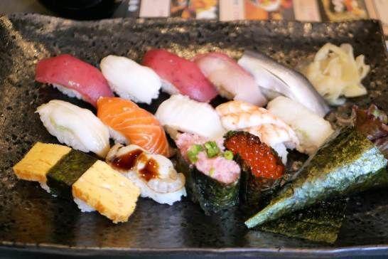 本日赤坂にオープンした寿司処 青でランチしてきました。 にぎり1.5人前は手巻きも付いてなかなかのボリューム。 夜は寿司食べ放題のお店です。  東京都港区赤坂4丁目2-8カランドリエビル 2F 03-6441-2026  #赤坂 #寿司 #食べ放題 #ランチ #赤坂ランチ #sushi #東京レビュー