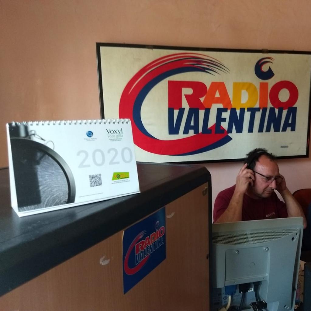 """Salutiamo Pino Niro dal Molise per la foto che ci ha inviato con in bella evidenza il calendario VentiVenti di http://Voci.fm, realizzato in collaborazione con """"Voxyl voce gola"""".http://bit.ly/pino-niropic.twitter.com/dEH0PolonQ"""