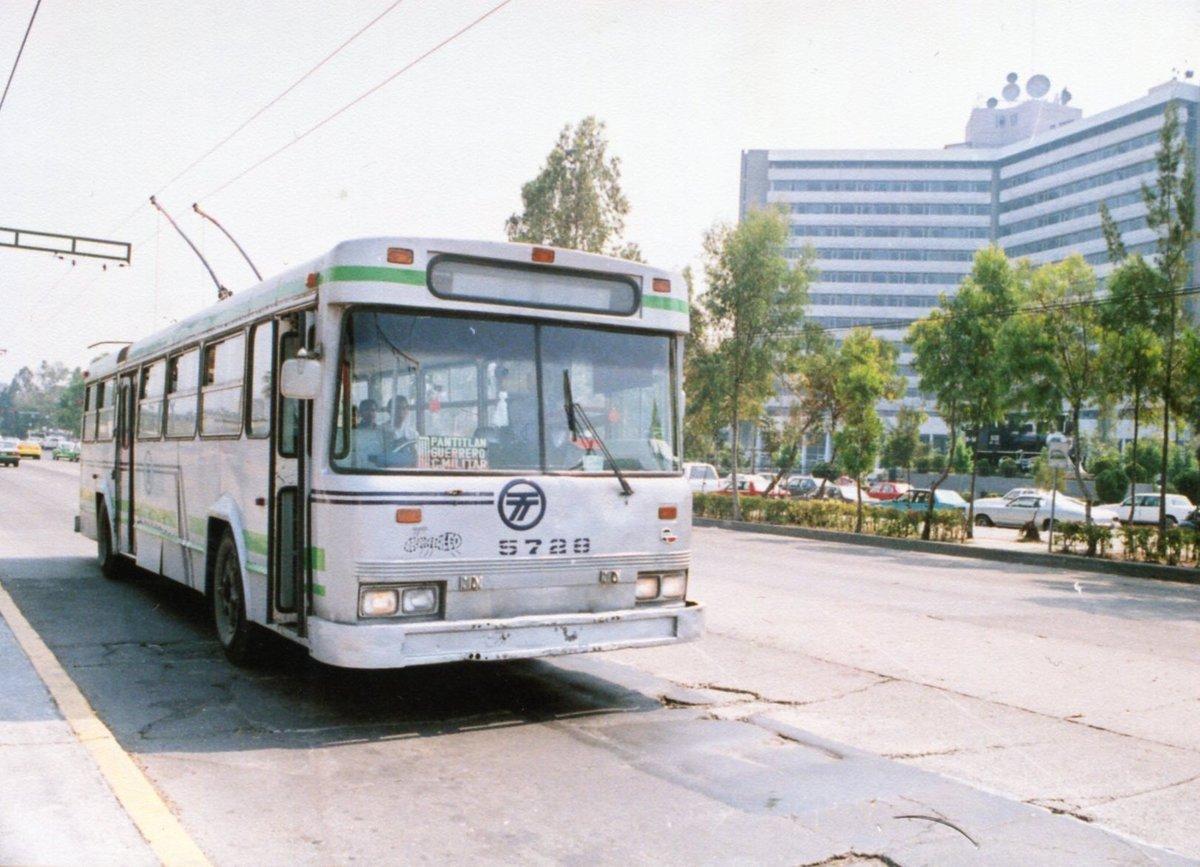 Un trolebús en la avenida Mosqueta, estación Buenavista, en los noventa. Hoy en este punto se conectan el Tren Suburbano, el Metro, el Metrobús y una ruta de camiones; a la derecha el edificio que actualmente ocupan las oficinas del ISSSTE.Imagen: Col. Villasana-Torres