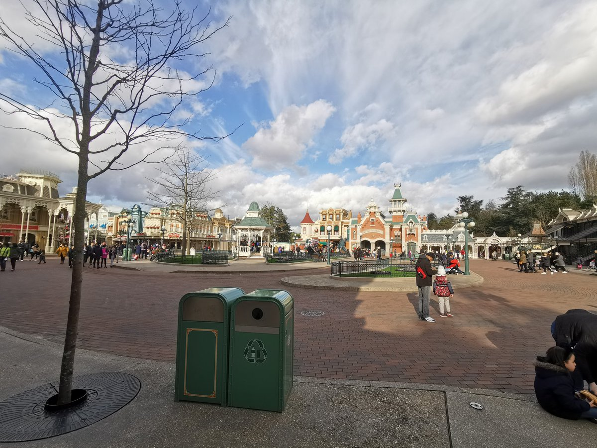 Main St USA in #DisneylandParis is looking much Calmer now than earlier in the day with guest flow leaving for evening meals and hotel breaks most likely