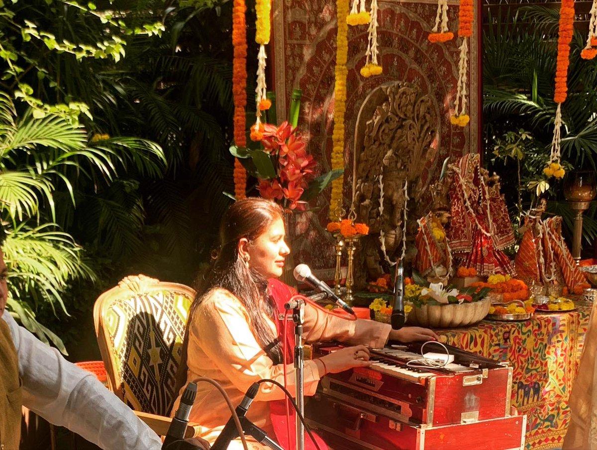 When the Sun God literally puts the spotlight on you... morning music today in a garden house in Delhi! #sunspotlight #musicmornings #delhigreens #beautiful #springflowers #vidhisharmalive #vidhisharmavocals