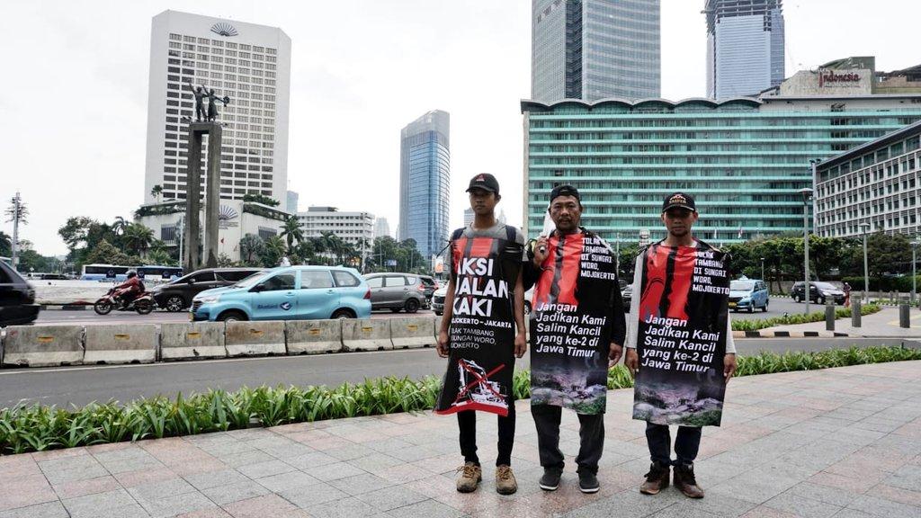 Tiga petani Mojokerto jalan kaki 8 hari ke Jakarta dan warga Banyuwangi bersepeda 300 km ke Surabaya, protes pertambangan.Inilah upaya rakyat mencari perhatian. Mereka tak bisa pasang iklan atau membayar buzzeRp agar masalahnya diperhatikan, dibicarakan, dan diselesaikan.