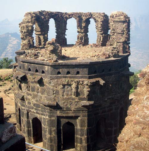 Forts are an integral part of Maharashtra's history. Why doesn't the ASI take up reconstruction of ruins of these Sanatan heritage ? #ASI_Glorifying_Aurangzeb<br>http://pic.twitter.com/hyo7mhdtVF