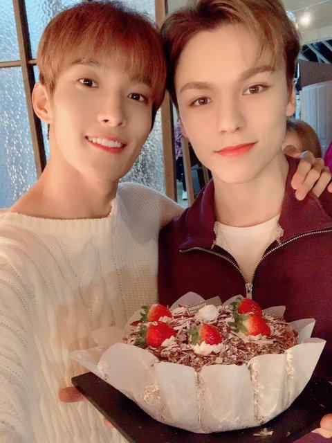[🌵] Fotos de #Vernon e #DK no fancafe especial de aniversário 🎉🎉🎈🎈🎂  #도겸_버논_218브로_생일축하해 #DK_VERNON_218bro_DAY