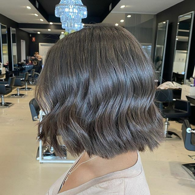 A blunt bob never goes out of style 💁🏻♀️ • #bluntbob #reshape #bigchop #restyle #waves #ghd #bob #healthyhair #shinyhair #brunette #hairgoals #hairstyles #hairstylist #instahair #instagood #instadaily #hairoftheday #iamgoldwell #love #trend #fashion #shorthair #2020hairtrends …