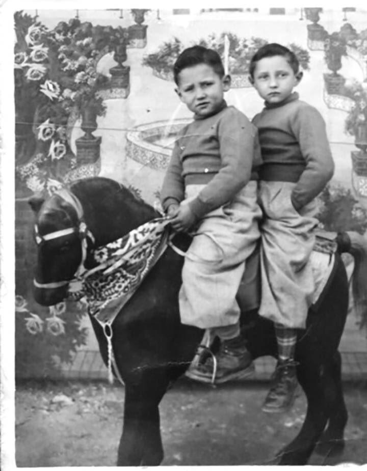 """""""El pasado es como un territorio del que salimos con el miedo en los ojos"""", #AlfonsCervera 'Claudio, mira' """"La huella del daño se intuye ya en la fotografía de la cubierta: una infancia robada que progresivamente convertirá al adulto en un niño desamparado.""""@edurne_portela https://twitter.com/fanigrande/status/1229674572703830031…pic.twitter.com/2YJVWf1wyg"""