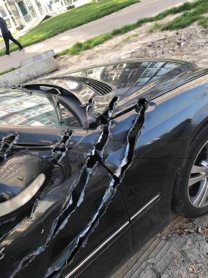 浮気バレした男性の車がこちら。オオカミ人間とでも付き合っていたのかしら...(震