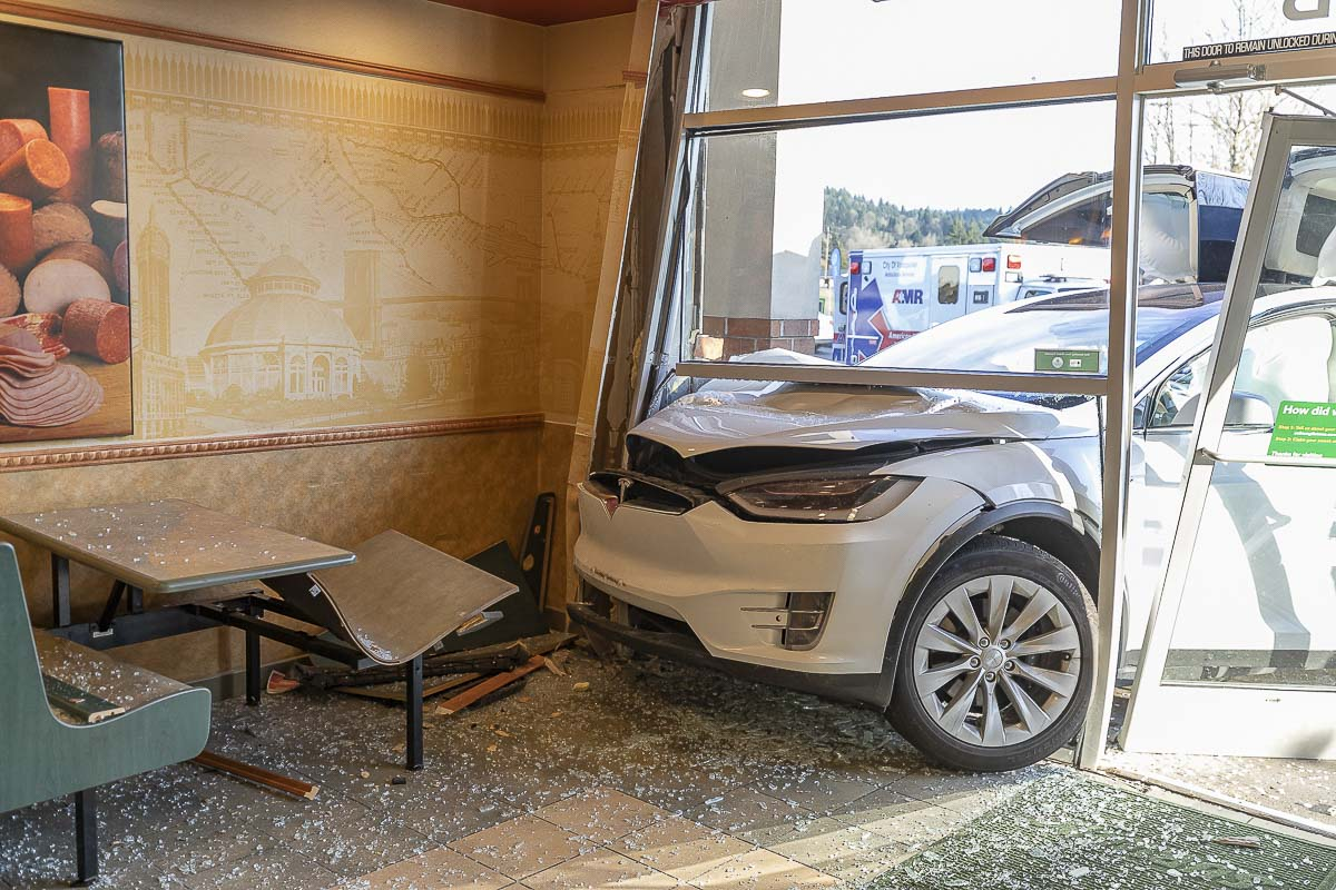 The driver of a Tesla sedan says a malfunction caused his vehicle to crash into the front of a Woodland Subway restaurant on Sunday. https://loom.ly/sl0DxmM  #WoodlandWa #ClarkCountyWa #Subway #Tesla #Crash #ClarkCounty #LocalNews #ClarkCountyTodaypic.twitter.com/pi9eaCBXJI