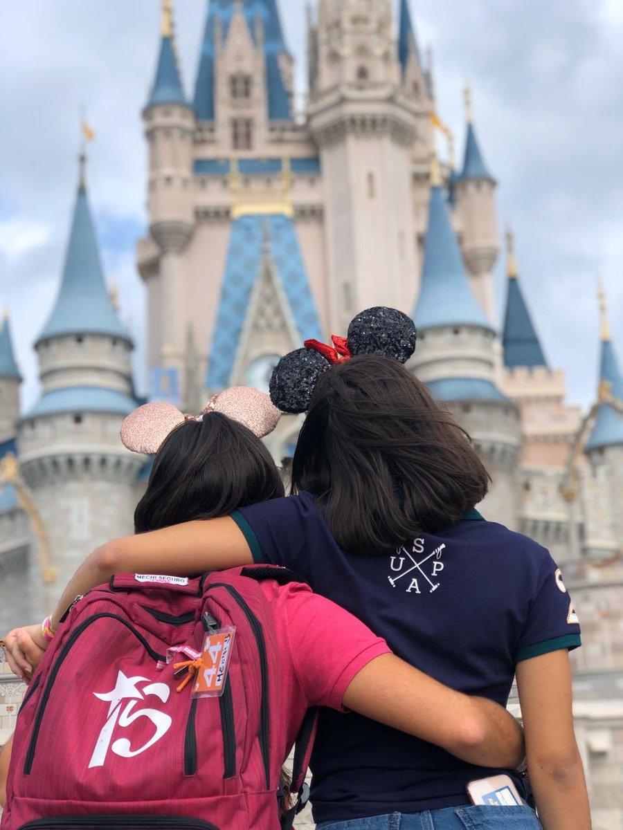 ¡VOLVIMOS! Con momentos que duran para siempre en nuestros corazones Porque los abrazos más fuertes se dan en #ElViajeDeTuVida y no se olvidan  Etiquetá a quien te gustaría abrazar en #Disney #SomosFifteens #ElViajeDeTuVidapic.twitter.com/XzMjkcrSNw