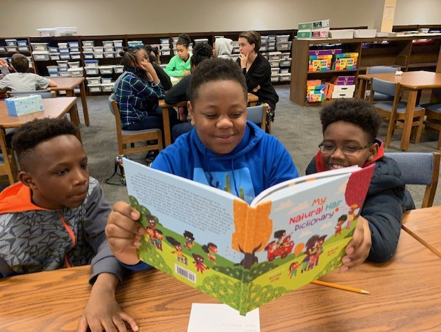 """Author Aundia Gray visited students at Erwin Montessori. Her book, """"My Natural Hair Dictionary,"""" is a kid-friendly dictionary that takes children on a journey through the wide, wondrous world of natural hair. pic.twitter.com/PnBA6P28VD"""