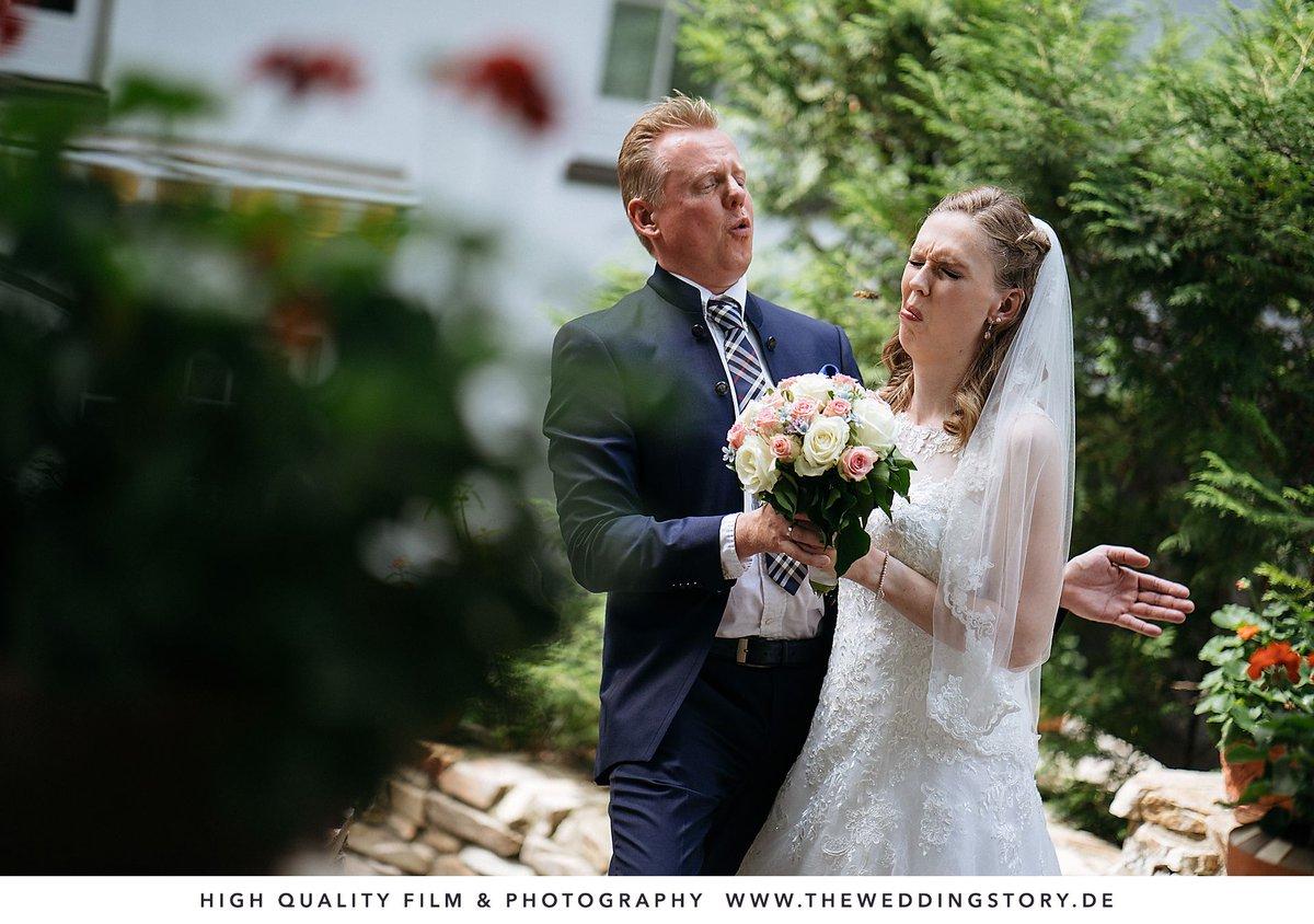 Photobombing-Wespe Ich glaube, dieses Jahr werde ich zu jedem Brautpaar-Fotoshooting eine Schachtel voller Bienen mitbringen  #theweddingstory #waldhausreinbek #hochzeit2020pic.twitter.com/Wiqi2efo6F
