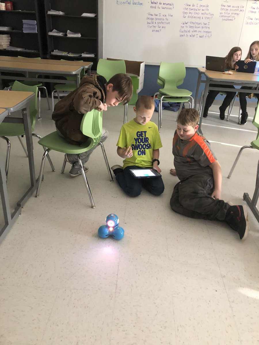 We're all learning Dot and Dash together #hpsdtigers #robotics