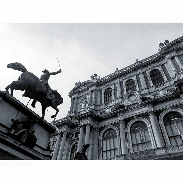 A Turin, on aime les grandes places vides avec une statue au milieu. La piazza Carlo Alberto ne fait pas exception. . . #statue #palazzo #turin #torino #piemonte #italie #italia #noiretblanc #bianconero #blackandwhite #cheval #cavalier #alattaque