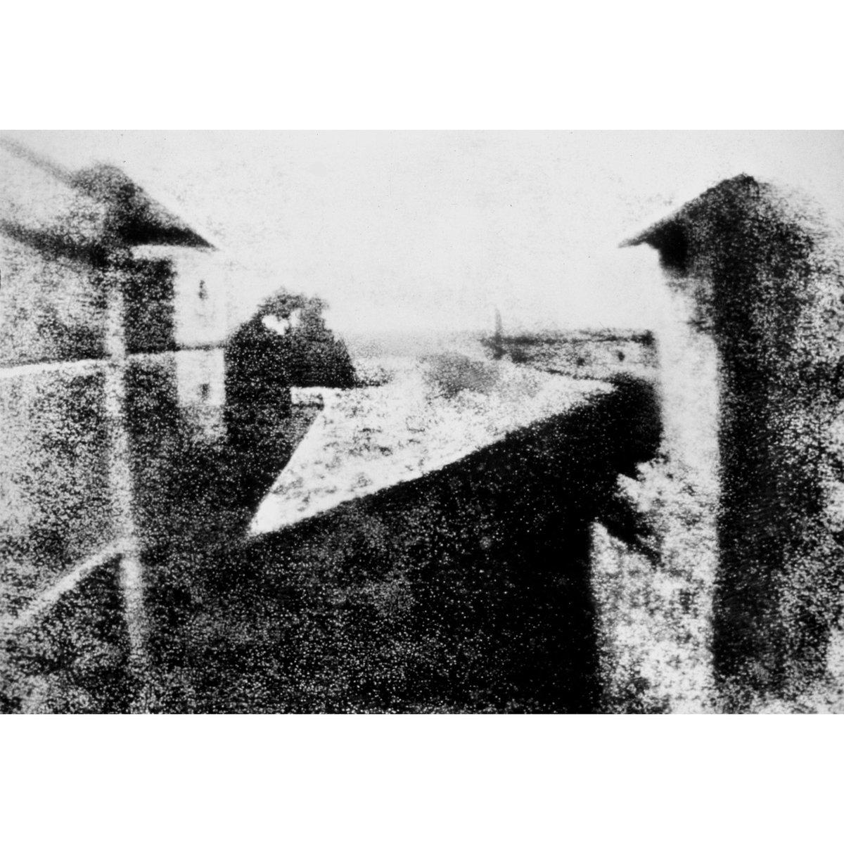 Yeryüzünde çekilen ilk fotoğraf, Joseph Nicéphore Niépce tarafından 1826 yılında Fransa'da elde edilmiştir. Niépce, kendi imkanları ile yaptığı bir Camera Obscura'nın içersine yerleştirdiği asfalt kaplı çinko ile, 8 saat süreyle pozlayarak bu görüntüyü elde etmiştir. #firstphoto pic.twitter.com/CXzcpS9CKI