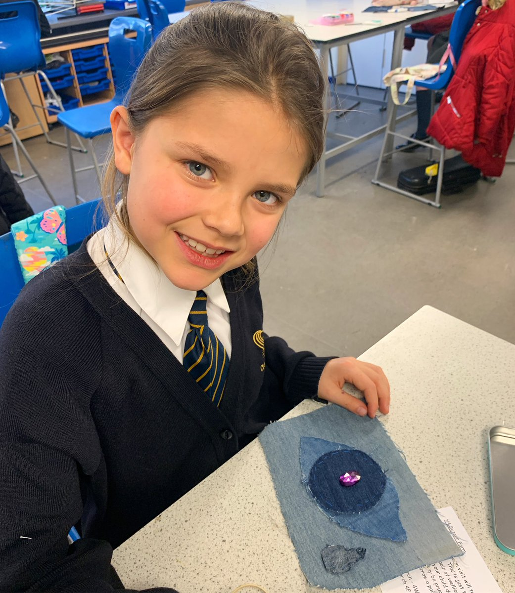 April has cut out her denim eye motif 👁 and hand sewn 🧵 it onto her pencil case. In our next lesson she wants to learn how to sew on her acrylic stone.  So hard-working and dedicated! 👏🏾🤩🙌🏾 Children from all schools welcome! • #upcycling #fashion  #creativekids #recycle
