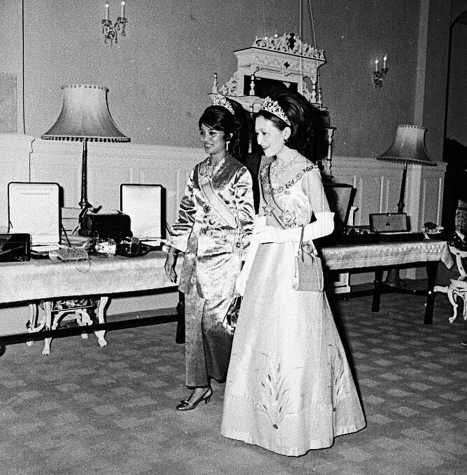 #RoyalFlashback- The Yang di-Pertuan Agong and Raja Permaisuri Agong of Malaysia host Crown Prince Akihito and Crown Princess Michiko of Japan on their Official Visit to Malaysia #OnThisDay 50 years ago:  http:// royalwatcherblog.com/2020/02/19/cro wn-prince-akihito-and-crown-princess-michiko-in-malaysia-1970/  … <br>http://pic.twitter.com/tIjZvUiLmu