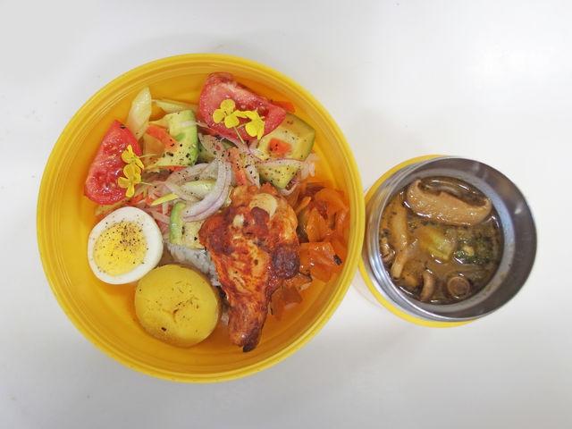 お昼〜ヽ(・8・)ノスープカレー タンドリーチキン アボカドサラダ 20200219Lunch  #スープカレー #どまんなか米  #bento #obento #obentoart 参考レシピ