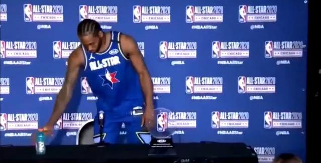 【影片】耿直Boy!可愛開發布會見桌上擺瓶佳得樂,馬上放到桌下:他們沒贊助我!-Haters-黑特籃球NBA新聞影音圖片分享社區