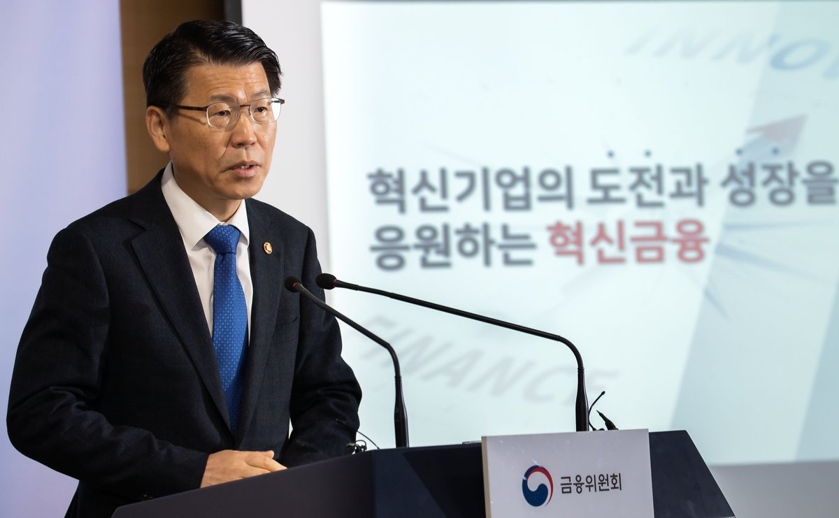 [Photo News] FSC Chairman Eun Sung-soo held a press conference on February 19, 2020 in Seoul, and explained the government's financial policy roadmap for this year focusing on financial innovation and inclusion rooted in stability.  http://fsc.go.kr/eng/new_press/photo_view.jsp?bbsid=BBS0127&menu=05&page=1&sch1=&sword=&bd_no=37629&row_num=1…pic.twitter.com/ajRCZBp0IH