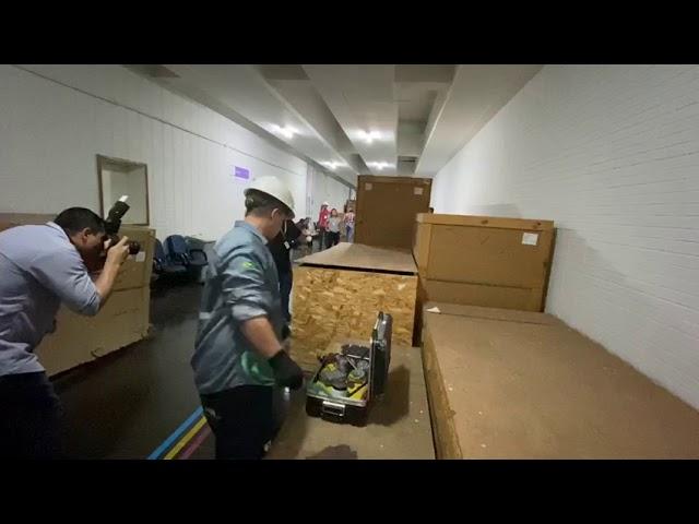 Funcionários trabalham para tirar o PETScan das caixaspic.twitter.com/RE1UhQ2wqe