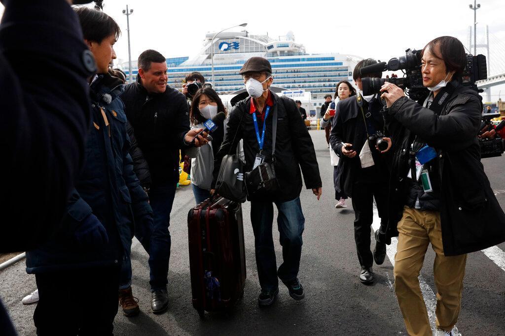 #Foto Sejumlah orang yang dinyatakan negatif virus corona mulai turun dari kapal pesiar yang dikarantina di Jepang. Proses karantina itu diketahui berakhir hari ini. Begini momennya! #VirusCorona #KapalPesiar  Selengkapnya di http://detik.id/677mZ3pic.twitter.com/bsGPos5et8