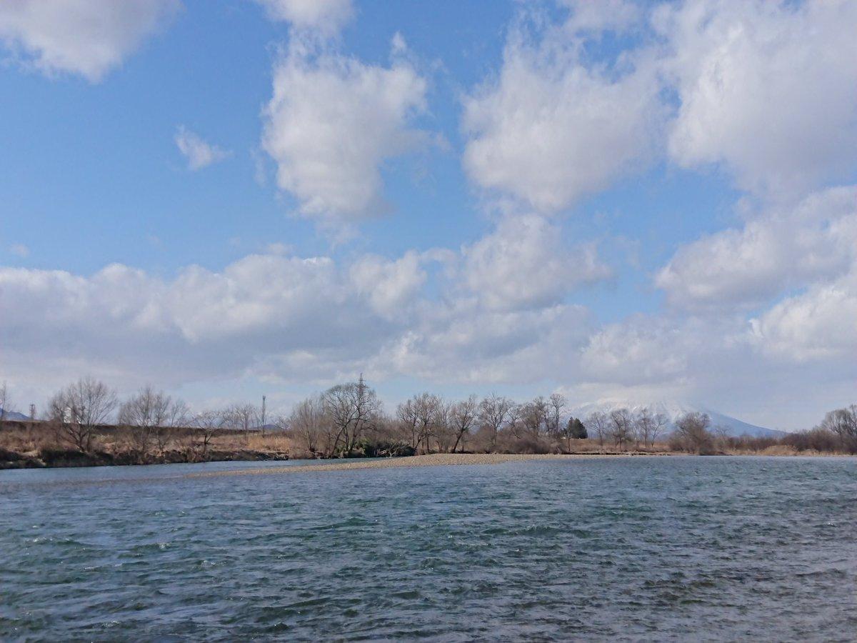 ここ数日のぐずついた天気で増水しているのかと思ったけど、川の水に濁りが少なく青緑っぽい。  ‥‥‥山から雪融け水が入り始めた?  今日、 #二十四節気 の #雨水    #岩手 #矢巾 #北上川