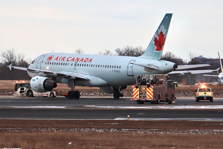 More photos / On February 18th, an A319 (C-GAQL) Air Canada, flight #AC715 from LaGuardia with 120 passengers + 5 crew, landed safely in Toronto with the right outboard main wheel missing. Pics by YoungKyun Shin. @TomPodolec @JacdecNew @flightradar24 @AviationSafety @livingbyyyz<br>http://pic.twitter.com/gOsXddyipB