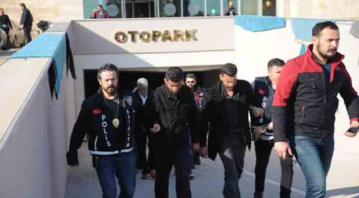 Antalya'da Suriyeli Esnafın Yüzüne Gaz Sıkıp 21 Bin Dolarını Çaldılar http://bit.ly/2V4qwg0pic.twitter.com/F2pb4z6m62