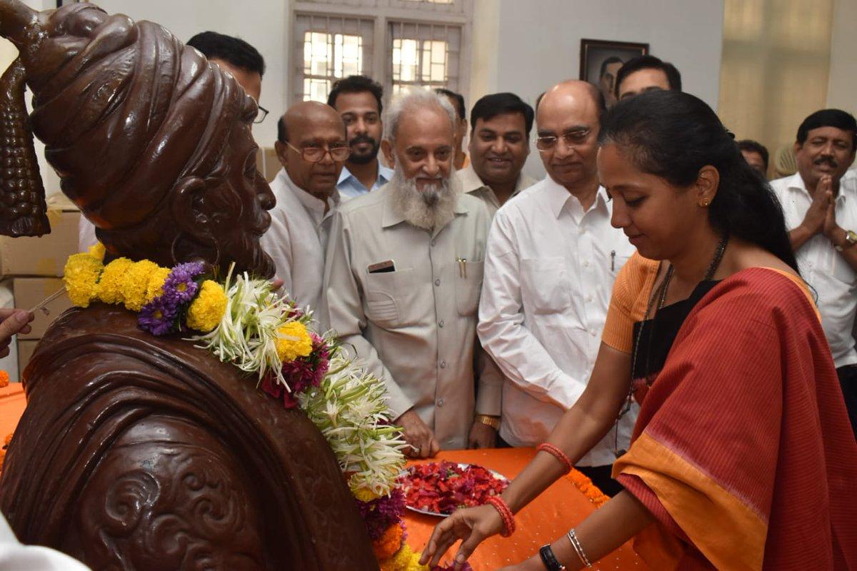महाराष्ट्राचे आराध्यदैवत छत्रपती शिवाजी महाराज यांच्या जयंतीनिमित्त खा. @supriya_sule यांनी आज राष्ट्रवादी काँग्रेस प्रदेश कार्यालयात महाराजांच्या प्रतिमेस पुष्पहार अर्पण करून अभिवादन केले. याप्रसंगी पक्षाचे पदाधिकारी व कार्यकर्ते उपस्थित होते. #ShivJayanti