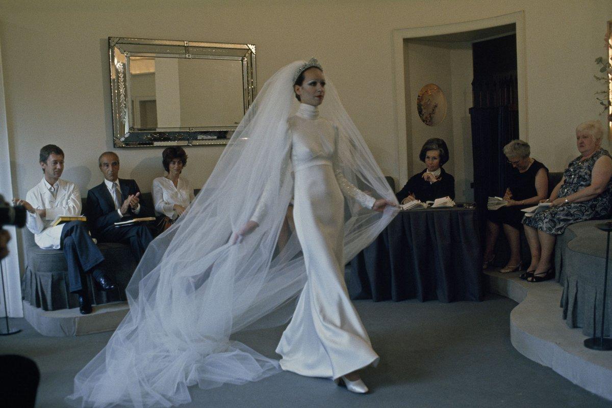 Anfang der Siebziger waren Pariser Modeschauen noch weit von dem hochgestylten Blitzlichtgewitter entfernt, das wir heute kennen. Hier präsentiert ein Model gerade ein Hochzeitskleid. #PictureOfTheDay #BildDesTages  Bild: Gordon Gahanpic.twitter.com/FIm7WuIfyX