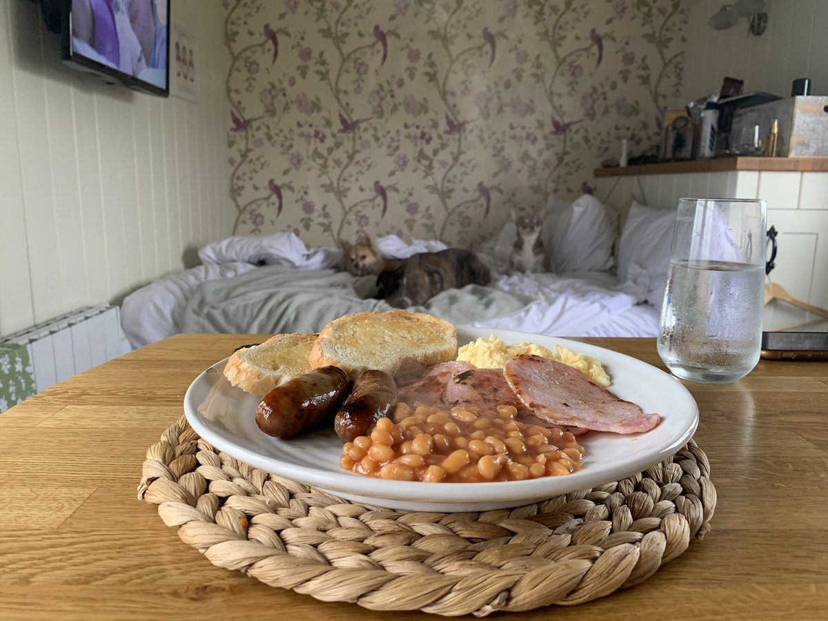 Having breakfast cooked for me followed by scrabble in bed, enjoying just chilling for awhile🍳 🥓 🍞 #gwyliau