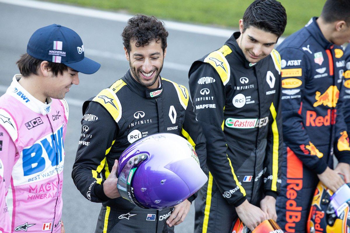 Daniel et ces casques 😆 Il a l'air d'être original aussi celui-ci. Qu'en pensez vous ? #RSspirit #F1Testing #F1 #DR3