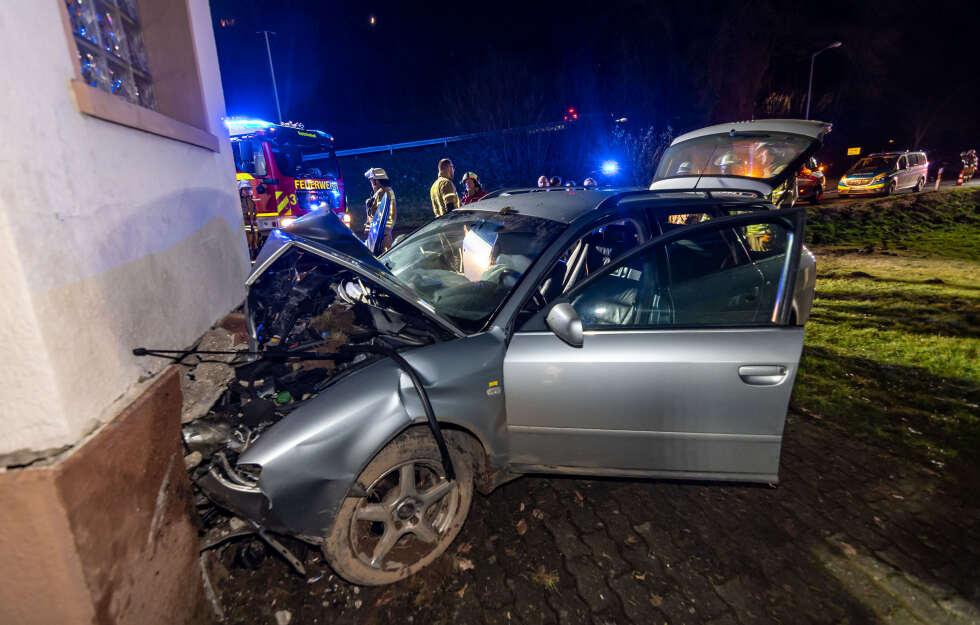 Ohne Führerschein: Mann kracht mit Auto in Haus #Unfall #Reichshof #NRW https://www.tag24.de/nachrichten/reichshof-unfall-mann-betrunken-in-haus-gefahren-polizei-1392451…pic.twitter.com/JFcQzm0lgP