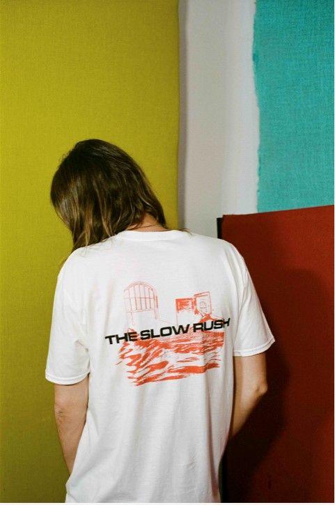 """【Tシャツ・プレゼント】 #TameImpala の新作がついにリリース🙌 @carolineINTLJP をフォロー、そして #TheSlowRush の中で""""一番好きな曲""""をリプライしてくれた方を対象に、抽選で5名様にTシャツをプレゼント🎁2月26日(水)〆切! 🤳ちなみに、Tシャツ画像はKevin着用図!  🎧"""