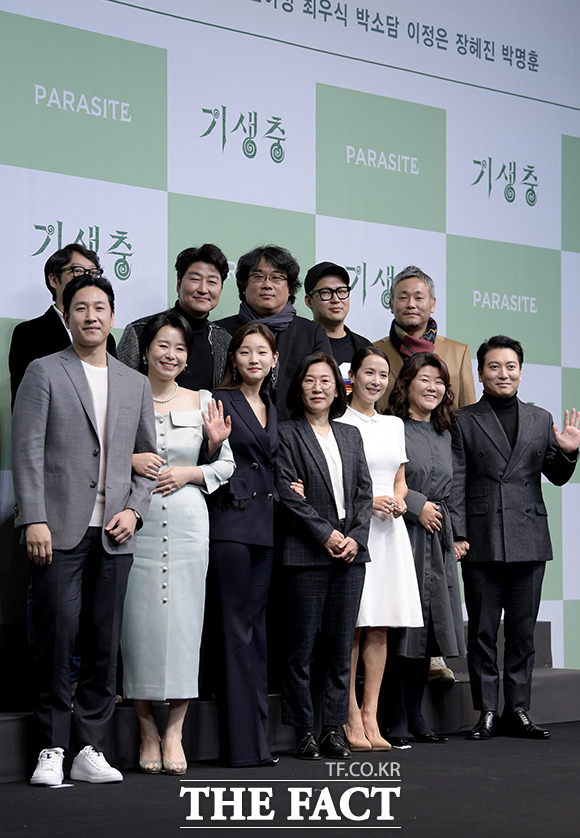 Movie 'Parasite' held a press conference after winning four big awards at OSCARS 2020  pic.twitter.com/9HUoWmFWBA