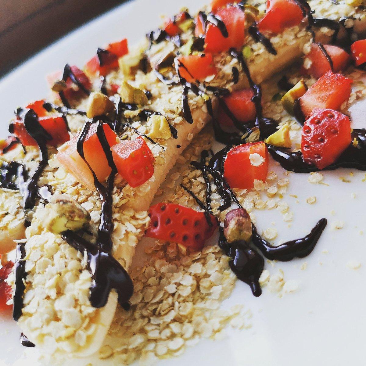 1 banana 20 gr. di #cioccolatofondente  20 gr. di fiocchi di #quinoa  3 fragole #primaverili  e #pistacchiodelbronte  Stamattina il mio #postworkout  Adoro!!! #BuongiornoATutti