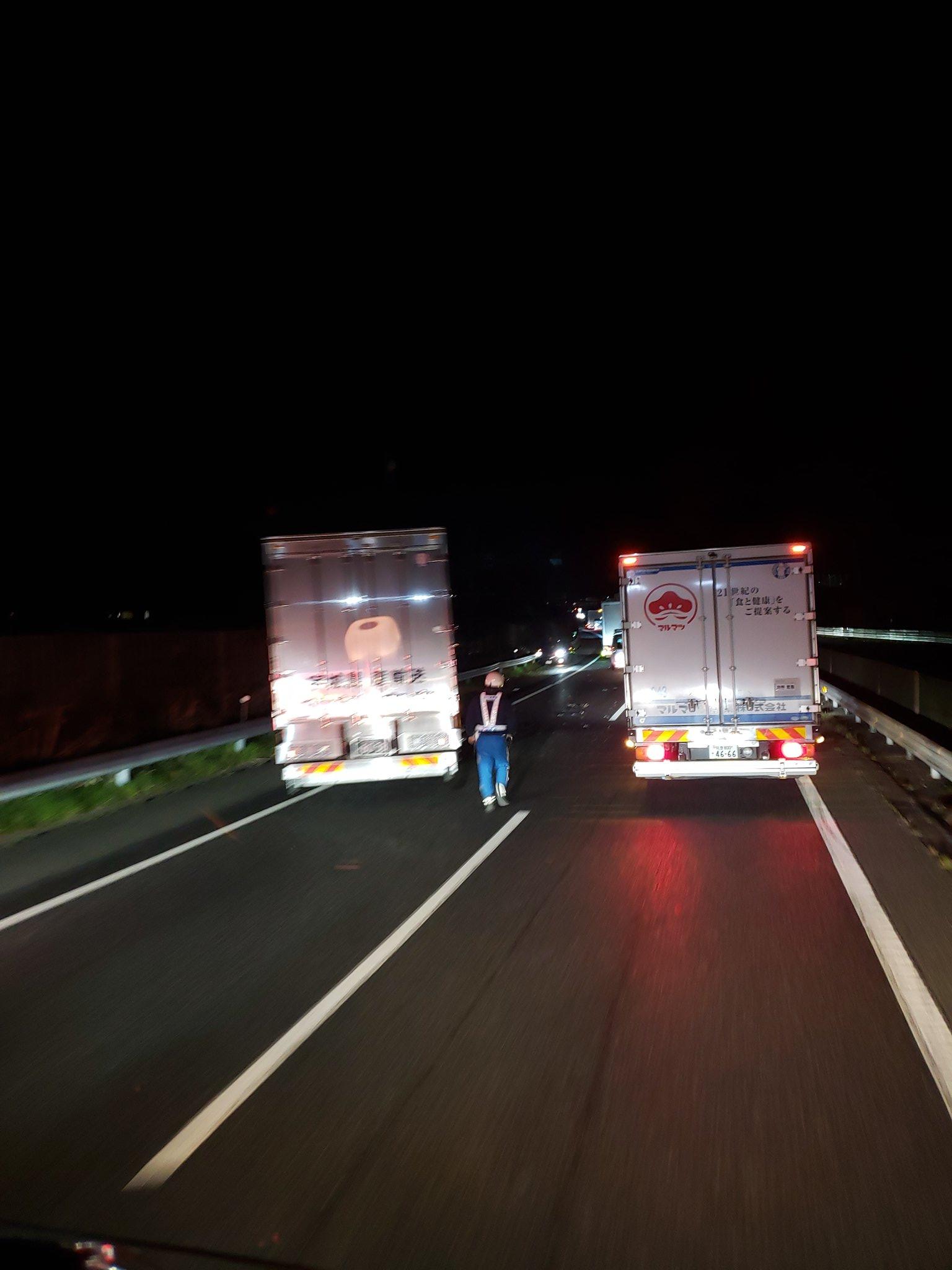画像,中国道上り下関~王司PAの間事故やりたてです!大型3台と普通車1台で両側の車線に事故車止まってるのでこの先渋滞が延びるかも。保冷車の運転手さんが無事だといいだけ…
