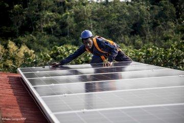 Im Dunkeln operieren? Für unser Team im entlegenen Kigulube in der DR #Kongo bisher eine Herausforderung. Dank der Installation eines Solarsystems auf dem Dach des Krankenhauses wird die Einrichtung jetzt mit grüner Energie versorgt. #solarenergie pic.twitter.com/TEKdDZM90k