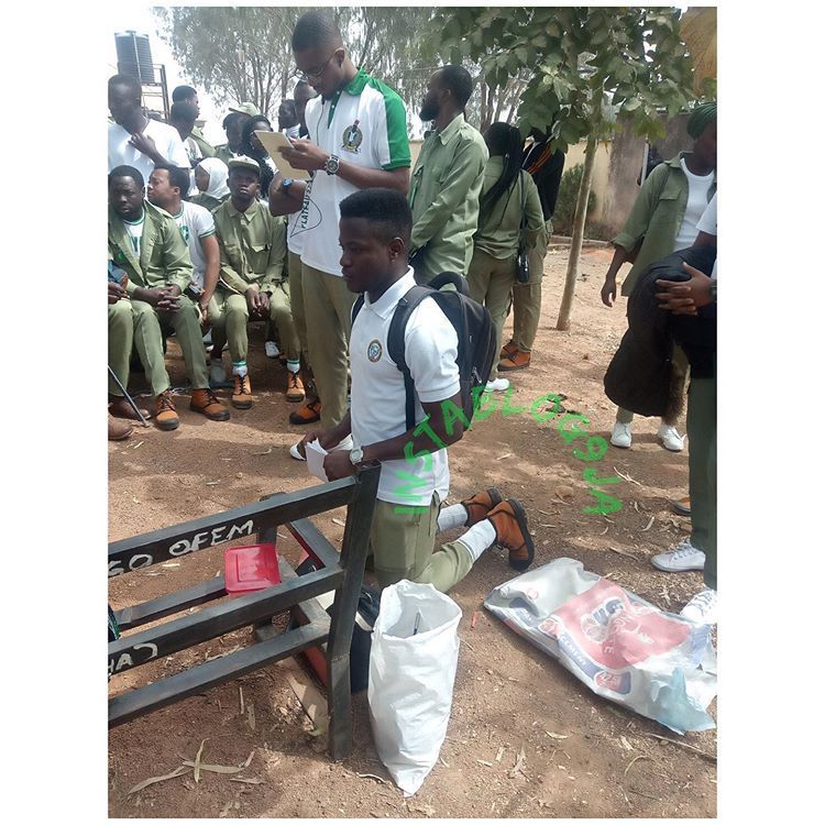 Red Cross CDS Supervisor orders corper to kneel at #Jos North #NYSC secretariat in #PlateauState. 📷: Theo