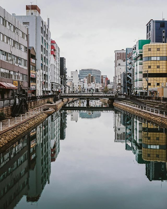 Do you prefer spending time in cities or the countryside when exploring a country? For me this is an extra tough call in Japan. Hard not to see (very different) beauty in both  — #parttimetraveler #hakata #fukuoka #cityscapes #reflectionphotography https://ift.tt/2SF6NSgpic.twitter.com/TuzqqTuSjX
