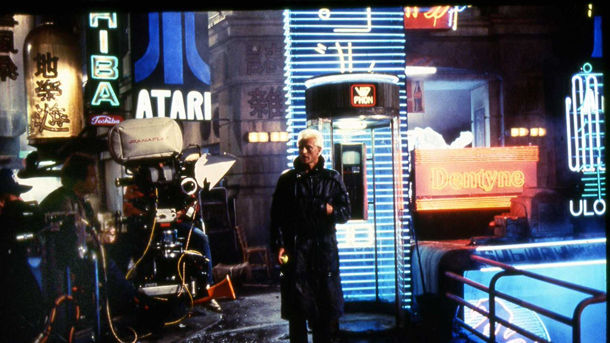 Behind the scenes photo of Rutger Hauer being filmed  as Roy Batty in #BLADERUNNER. #80s #SciFi #moviespic.twitter.com/5yh9Kv6TJO