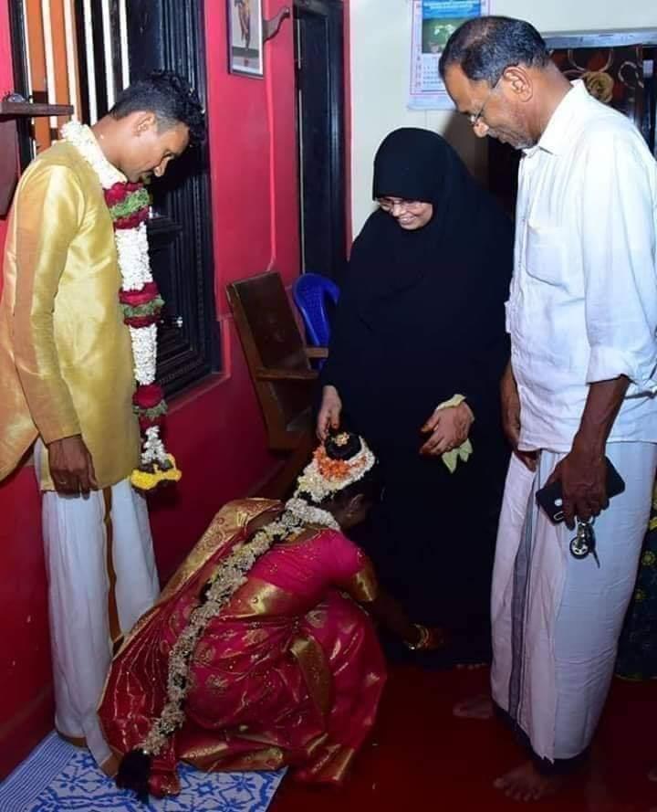 तस्वीर में सफ़ेद कमीच में दिख रहें सज्जन का नाम अब्दुल्लाह है और बुर्के में खड़ी महिला का नाम कादिजा है,केरल के कासरगोड के रहने वाले इस मुस्लिम दंपति ने एक हिंदू लड़की को वर्षो पहले गोद लिया था,जब उसने अपने माता-पिता को खो दिया था।वह उस समय 10 साल की थी। अब जब वह 22 वर्ष की है,pic.twitter.com/yRSjoEhz98