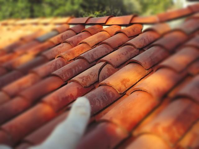 Roof tile is cracked. #CracksMeUp #WednesdayWisdom #TileCrack #RoofInspection #Beryl #HomeInspection pic.twitter.com/67S7kjvcgG