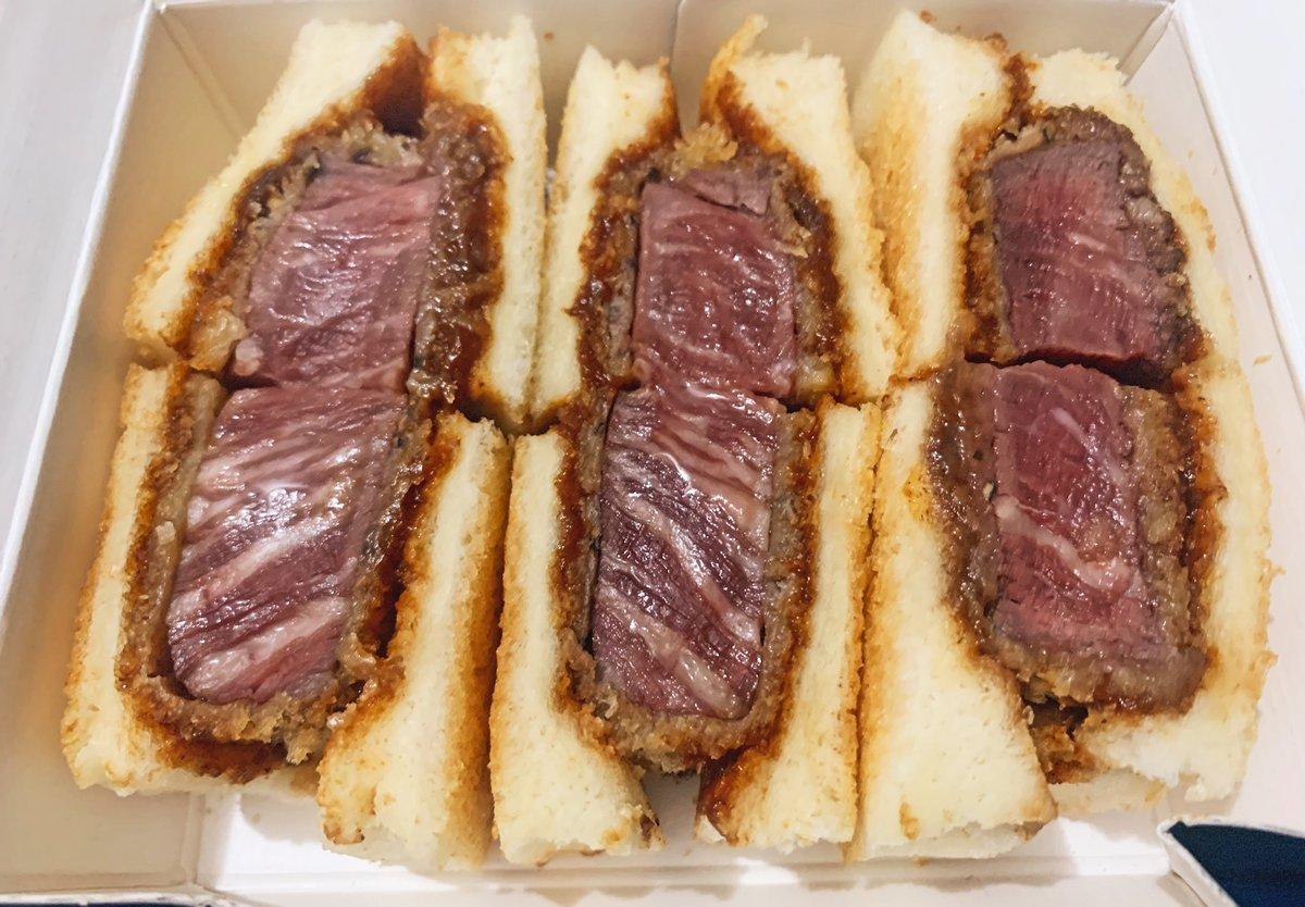【北新地サンド】@大阪:北新地駅から徒歩3分特撰国産牛ヘレカツサンドを食べられるお店。脂の乗ったミディアムレアなお肉は厚みがあって旨味抜群!自家製デミグラスがパンとお肉にマッチして一気に頬張りたくなってしまいます!冷めると風味が大きく変わるため熱々の状態で食べてほしい逸品✨