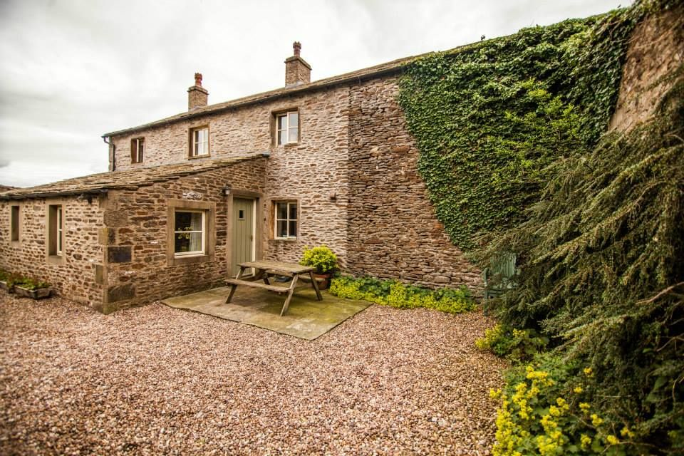 Standing in open farmland with spectacular views, Street Head Farm is a traditional 18th Century farmhouse offering self catering accommodation in a rural area. Accepts 🐴 🐶 🐱  Self Catering 🗝️   #Farmhouse #Rural #Pets #Holiday #NorthYorkshire #UK