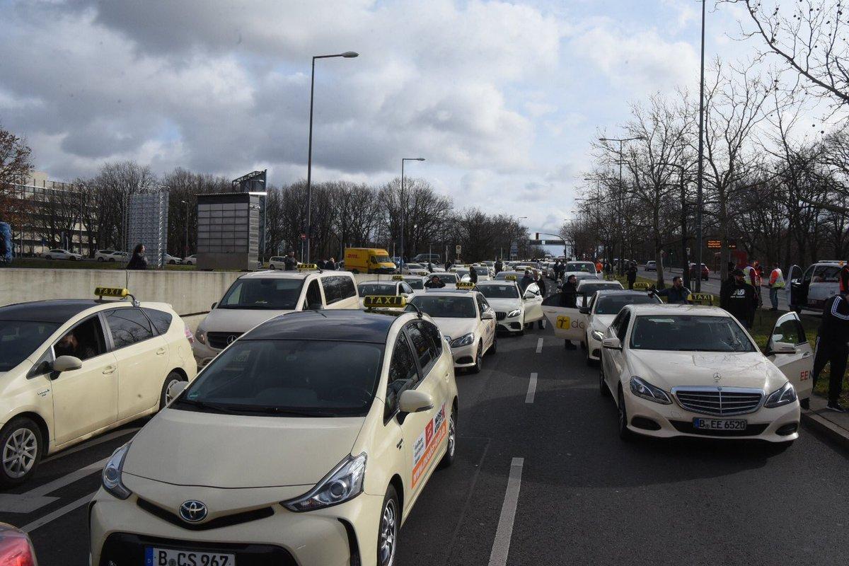 Berlin-Reinickendorf: Verzögerungen an den Flughäfen-Taxifahrer legen mit Streik gegen Uber & Politik die Stadt lahm. https://bit.ly/3bSVYU7 @bzberlin @BILD_Berlin @TaxiBerlinWBT @TAXI4WAT @Taxi_Verband_B @Taximann_Berlin @TaxiAndyBerlin @Olaf891162841 @steierman @TaxiAndyBerlinpic.twitter.com/oIBfPJsfFS